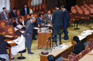 仁比氏の質問で立ち往生する改憲手続き法案の提出者ら=2007年4月19日