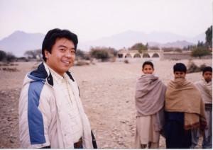 自由法曹団パキスタン調査に参加した仁比氏。出会った難民の少年たちと