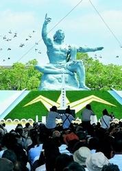(写真)平和宣言が読み上げられ、ハトが放たれた長崎市主催の平和式典=9日、長崎市