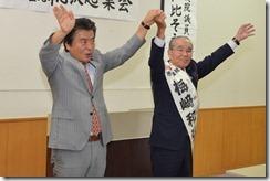 20140920総決起集会で拍手にこたえる(左から)仁比参院議員と梅崎党市議=20日、福岡県柳川市