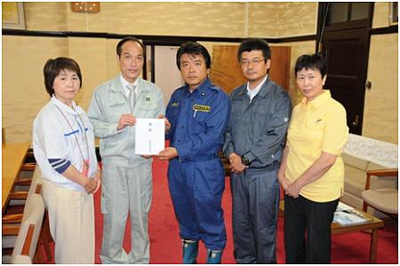 宮崎県東国原知事に義援金を渡す(2010.5.28)